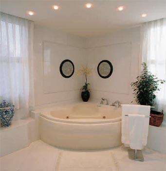 卫生器具安装位置正确,器具上沿要水平.浴室电器应选择