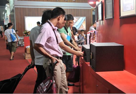 4、广州第十六届建博会爱迪尔酒店指纹卡锁重磅出击酒店门高清图片
