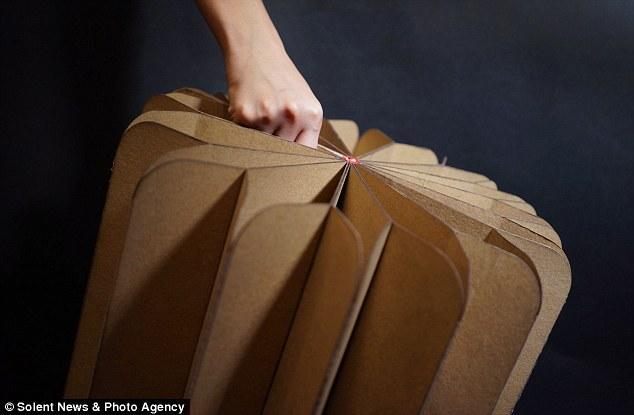 香港设计师发明多功能折叠书家具