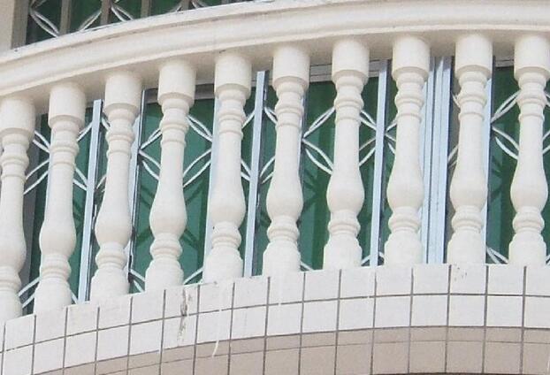 阳台花瓶柱是建筑物室内的延伸,是居住者呼吸新鲜空气、晾晒衣物、摆放盆栽的场所,其设计需要兼顾实用与美观的原则。阳台一般有悬挑式、嵌入式等。那么今天装修网小编给大家介绍阳台花瓶柱装修设计及阳台花瓶柱安装图吧!      阳台 (建筑物室内的延伸空间)是建筑物室内的延伸,是居住者呼吸新鲜空气、晾晒衣物、摆放盆栽的场所,其设计需要兼顾实用与美观的原则。   阳台一般有悬挑式、嵌入式、转角式三类。阳台不仅可以使居住者接受光照、吸收新鲜空气、进行户外锻炼、观赏、纳凉、晾晒衣物,如果布置得好,还可以变成宜人的小花