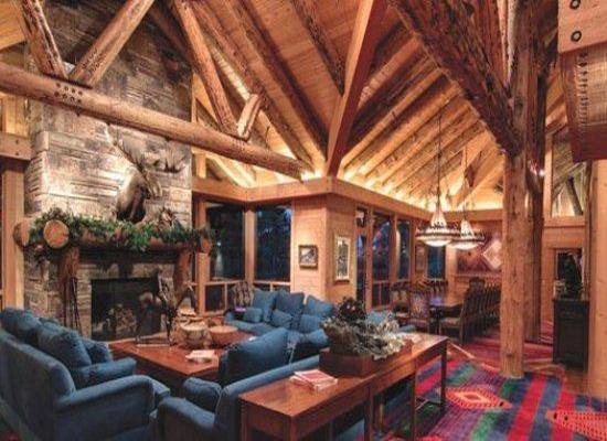 吊顶上一个个木头搭建而成的横梁非常的结实