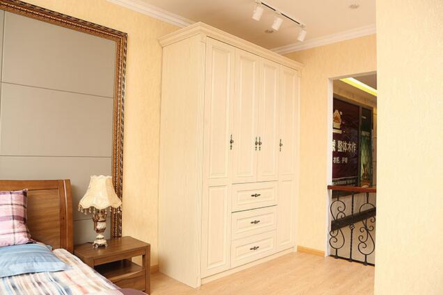 卧室衣柜选择何种风格?一般来说衣柜虽然是定制的多,但是风格还是应该遵循整体空间风格而定。简欧风格的卧室装修就应该选择简欧卧室柜子。简欧风格也分很多种类,小编带你一起欣赏简欧卧室柜子应该是什么样的效果,是不是适合你家呢?      简欧风格的卧室 就应该选择简欧卧室衣柜   小编点评:简欧风格卧室可以选择这样白色百搭的衣柜,奶白色与周围的简欧家具气场相符,营造一种田园公主风格的欧式尊贵。      简欧风格的卧室 就应该选择简欧卧室衣柜   小编点评:深色的实木简欧衣柜,属于整体性衣柜类型。这种入墙式的