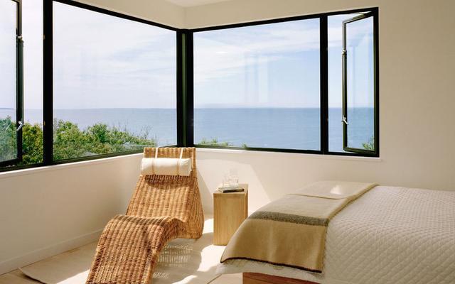 别墅窗户装修设计效果图:楼梯间加入窗户可以改变
