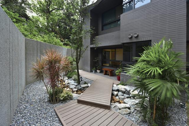 花園的設計,不僅能讓你的房子更迷人,更有吸引力,同時也能提升住宅的外觀,讓鄰里一看就羨慕,也讓家人引以為傲!現代的設計很發達,可以為花園變出種種漂亮的面貌,使用多種材料,象是石頭、木材、大理石和花崗巖磚等等,就可以搭配出讓人眼睛一亮的新風格!你想如何裝扮你的花園呢?